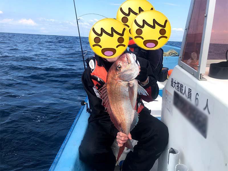 真鯛釣り上げた喜び写真