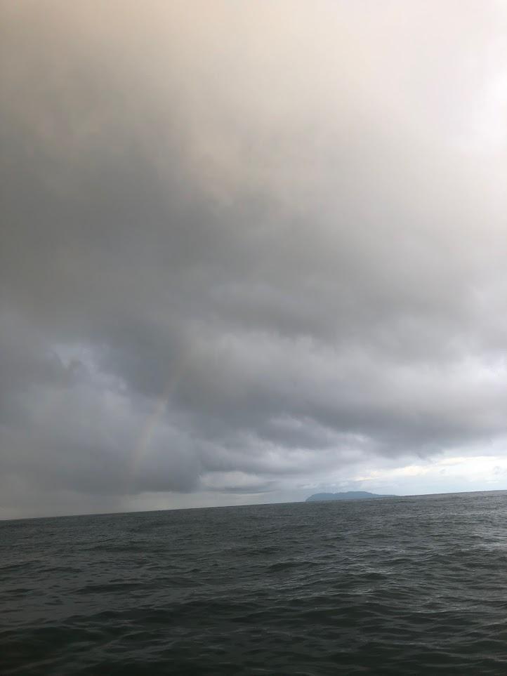 新潟県の粟島にかかる虹