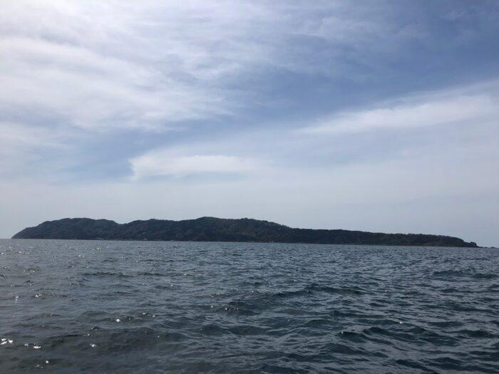 近くから粟島を観察