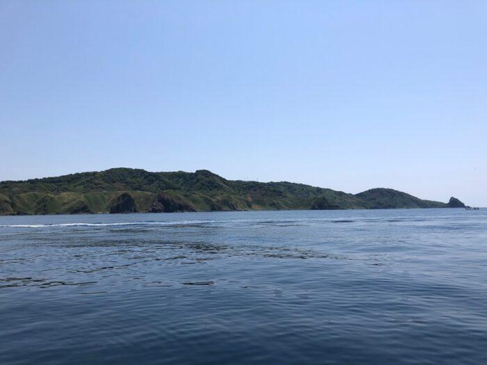 ベタ凪の日本海に浮かぶ粟島