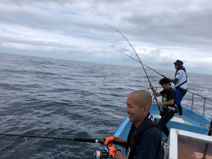 日本海キャスティングで楽しそうな若者