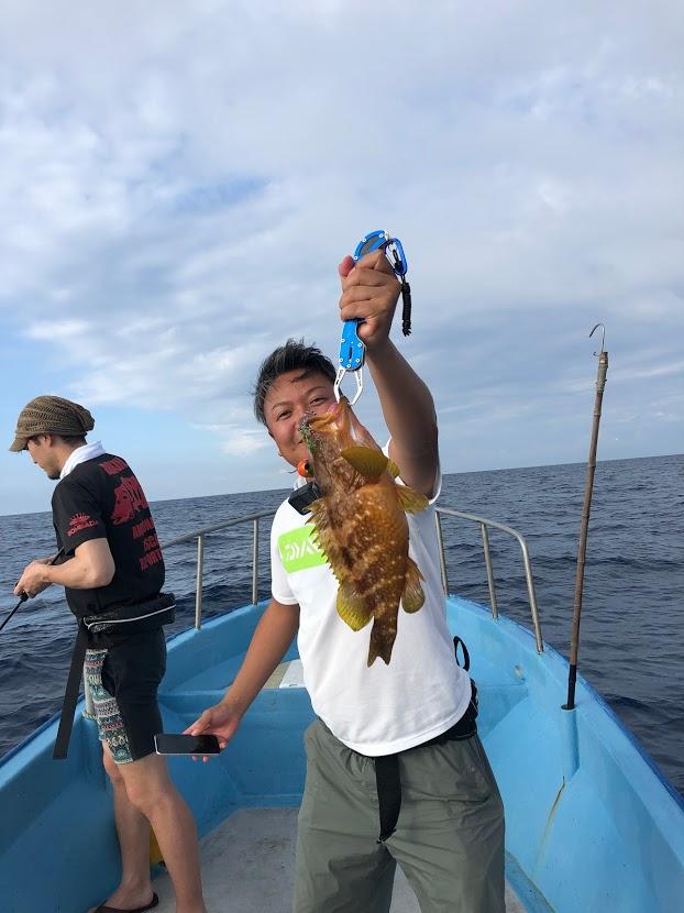 新潟寝屋港からの釣り船昭和丸で釣りを楽しむ姿